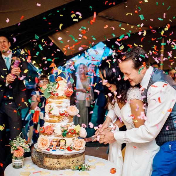 Hochzeit-Konfetti-Kuchen-anschneiden